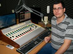 Antes de ingressar na graduação, Caio Carvalho criou um tabloide informativo e estagiou em rádios da cidade de Lins
